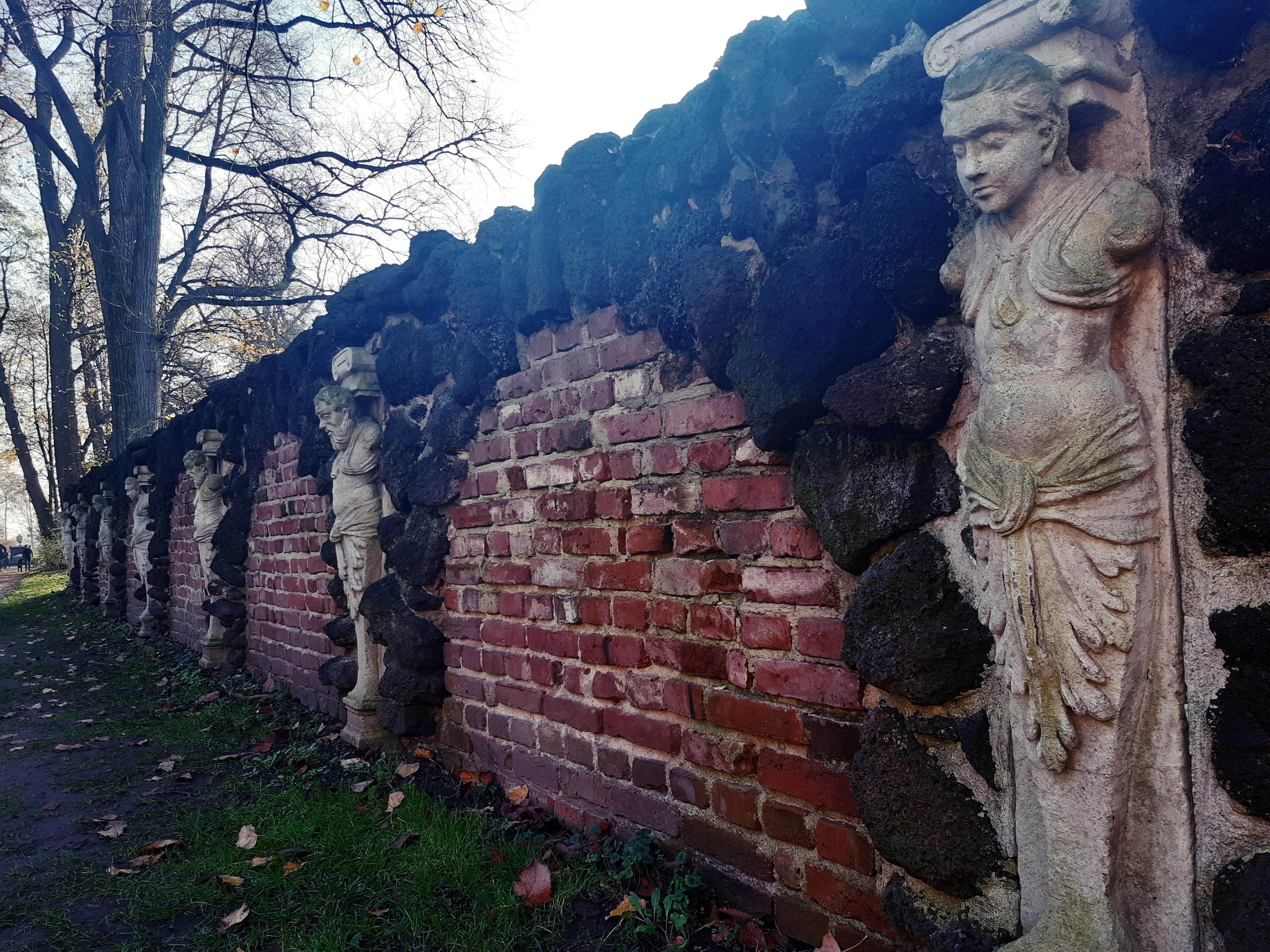 płaskorzeźby, zdobienia, stare mury w parku romantycznym w Arkadii