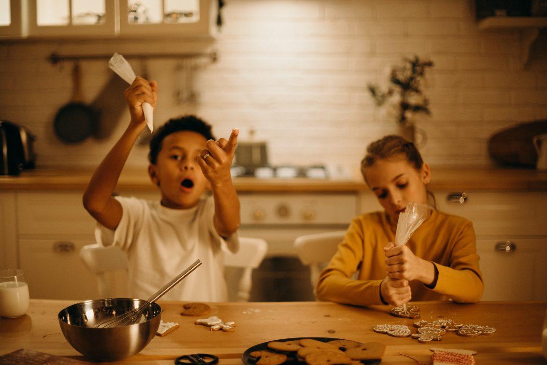 wspólne pieczenie pierniczków jako sposób na zaangażowanie dzieci podczas świąt