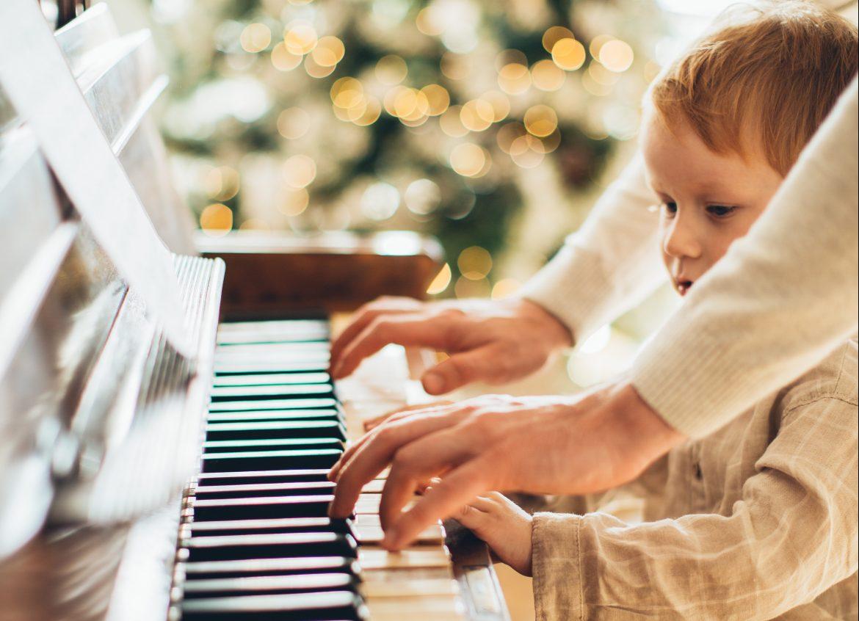 wspólne granie i śpiewanie świątecznych piosenek po angielsku