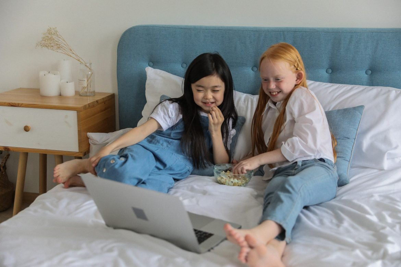 jakie filmy po angielsku oglądać, żeby pomóc w nauce języka obcego